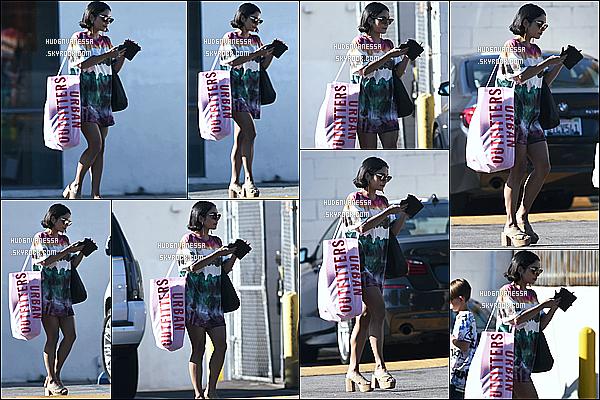 * 09/06/17 : Vanessa a été aperçue lorsqu'elle quittait le magasin « Urban Outfitters » - situé dans Studio City . Vanessa est très jolie. J'aime beaucoup la tenue qu'elle porte, ça lui va bien je trouve. Ses lunettes de soleil sont sympas aussi. Donc Top pour moi.  *
