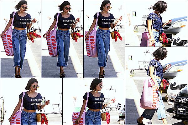 * 14/06/17 : Vanessa H. a été vue quand elle arrivait puis quittait le magasin « Urban Outfitters » à Beverly Hills. Vanessa H. était très jolie. J'aime trop ses lunettes de soleil. La tenue qu'elle porte est sympa, ainsi que ses chaussures. C'est donc un Top pour moi.  *
