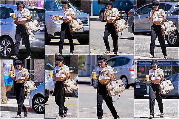 * 17/06/17 : Puis Vanessa H. a été vue arrivant et quittant le « Alfred Coffee & Kitchen » situé dans Studio City. Vanessa est toute jolie. J'aime beaucoup son sac, je trouve qu'il va bien avec la tenue. Elle porte la même tenue vu que c'est le même jour. UnTop  *