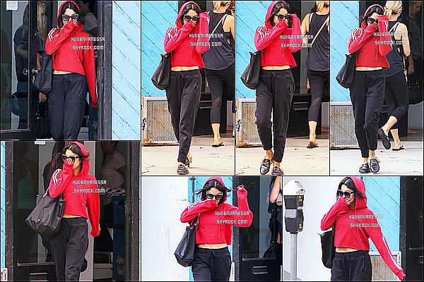 * 30/06/17 : Vanessa a été vue se rendant puis quittant la salle de sport « Wundabar Pilates », dans Studio City. Vanessa est jolie, c'est dommage qu'elle se cache un peu le visage. J'aime bien la tenue de sport qu'elle porte, surtout son haut rouge. C'est un Top.  *