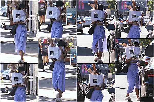 * 03/07/17 : Vanessa a été aperçue lorsqu'elle quittait le restaurant « Joan's On Third » se situant à Studio City. Vanessa se cache pour une nouvelle fois des paparazzis. J'aime bien la tenue qu'elle porte à part ses pantoufles, ça ne va pas du tout avec la tenue.  *