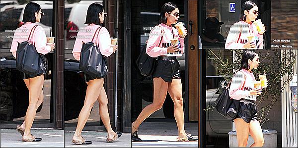 * 29/06/17 : Vanessa a été aperçue quand elle arrivait puis quittait le « Joans On Third » situé dans Studio City. Vanessa est toute belle comme ça. Ses lunettes de soleil sont superbes. J'aime bien la tenue qu'elle porte, ainsi que son sac. C'est un Top pour moi.  *