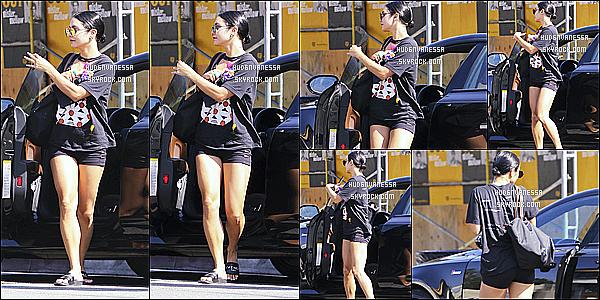 * 19/07/17 : Vanessa a été repérée lorsqu'elle quittait la salle de sport « WundaBar Pilates » - dans Studio City. Plus tard, Vanessa a été vue se rendant au Alfred Coffee & Kitchen à Studio City. J'aime bien sa tenue mais les chaussons ne vont pas avec. Top.  *