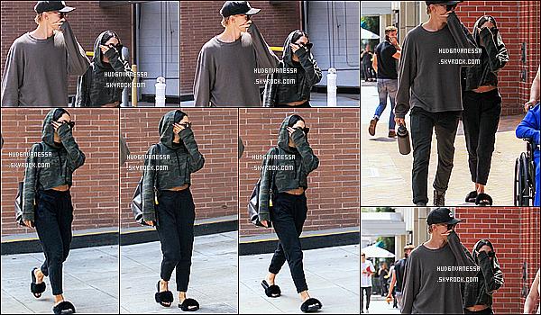 * 16/08/17 : Vanessa a été repérée se rendant, puis quittant un cabinet médical - avec Austin dans Beverly Hills. C'est dommage que Vanessa sa cache sur les photos. Elle porte une tenue simple mais que j'aime bien, sauf les chaussures. Je lui mets un petit Top  *