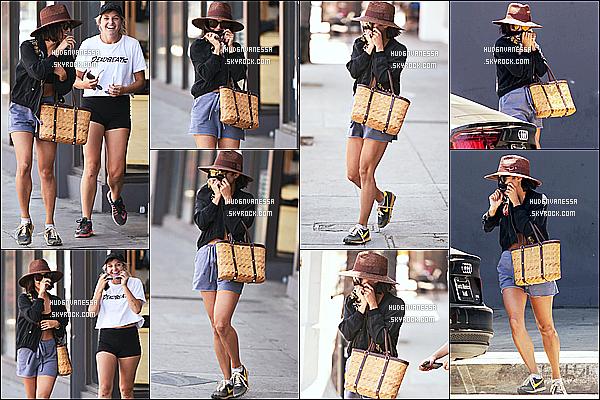 * 08/08/17 : Vanessa a été repérée quand elle quittait le magasin « Urban Outfitters », se trouvant à Studio City. Vanessa était accompagnée de son amie Georgia Magree. Dommage que Vanessa se cache. J'aime beaucoup sa tenue. Le chapeau lui va bien. Top  *