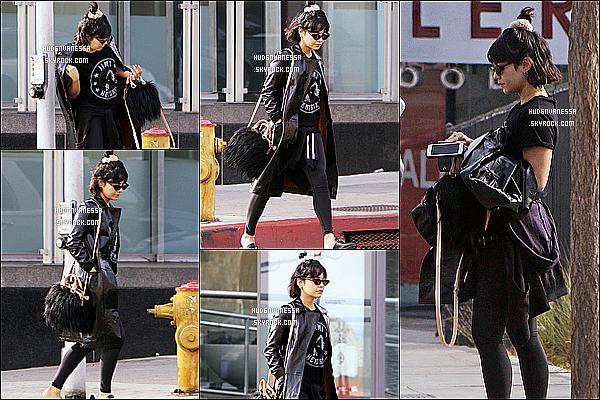 * 06/01/17 :    Vanessa a été aperçue lorsqu'elle quittait la salle de sport « EarthBar » - qui se trouve dans Studio City. Vanessa est belle. C'est dommage qu'elle ne soit pas très souriante. J'aime bien la tenue qu'elle porte. Sa veste en cuir est jolie aussi. Je lui mets un Top.  *