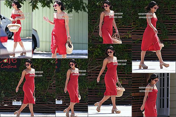 * 19/07/17 : Vanessa a été aperçue, lorsqu'elle quittait le « Alfred Coffee & Kitchen », se trouvant à Studio City. Plus tard, Vanessa a été vue quittant le restaurant SunCafe à Studio City. J'aime bien ses tenues, surtout sa robe rouge. Ce sont des Tops pour moi  *