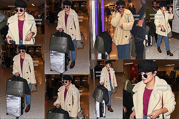 * 10/11/17 :    Vanessa H.  a été photographiée alors qu'elle arrivait à l'aéroport « LAX » qui se trouve dans Los Angeles. Vanessa H. est de retour chez elle après quelques jours de tournage à New York. Vanessa est jolie. J'aime bien la tenue qu'elle porte - Un Top pour moi !  *
