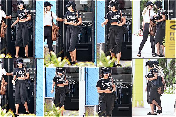 * 03/08/17 : Vanessa a été vue se rendant puis quittant la salle de sport « Wundabar Pilates » dans Studio City. Dommage que Vanessa cache son visage sur les premières photos. J'aime bien la tenue qu'elle porte mais pas ses chaussures. Un Top quand même  *