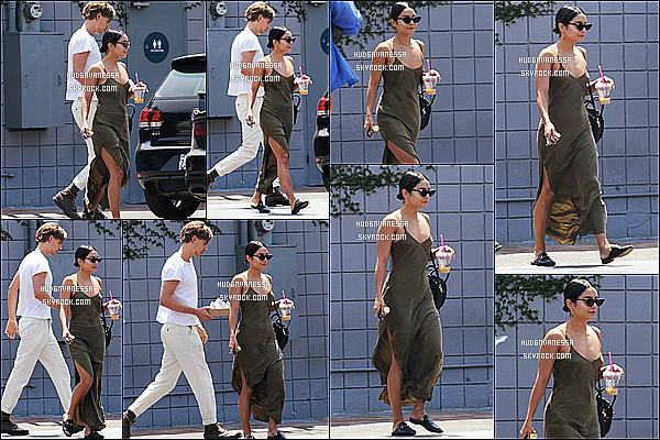 * 17/08/18 :    Vanessa a été aperçue lorsqu'elle quittait le « Coffee Commissary », avec son copain Austin à Burbank.  Vanessa est belle. J'aime bien la robe qu'elle porte mais je ne suis pas fan des chaussures, elles ne vont pas avec je trouve. Ses lunettes sont superbes.  *
