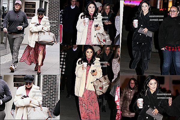 * 08/11/17 :    Vanessa Hudgens a été photographiée sur le tournage du film « Second Act » dans les rues de New York. Vanessa est de retour à New York pour continuer le tournage de son nouveau film. Elle est très belle. J'aime bien les deux tenues qu'elle porte. Des Tops.  *