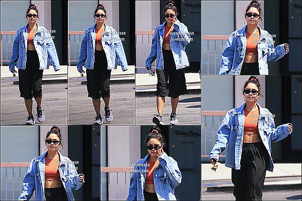 * 06/09/18 :    Vanessa H. a été aperçue seule, alors qu'elle se promenait - dans les rues de Beverly Hills, en Californie Vanessa est superbe. J'aime bien la tenue qu'elle porte, sa veste est sympa aussi.  Ses lunettes de soleil sont jolies également. Je lui donne donc un Top.  *