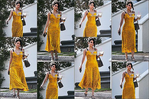 * 04/08/18 :    Vanessa Hudgens a été repérée, quand elle quittait son domicile se situant dans les rues de Studio City. Vanessa H. était très jolie. J'aime beaucoup la robe qu'elle porte, cette couleur lui va vraiment bien. Son sac est superbe aussi. Je lui donne donc un Top.  *
