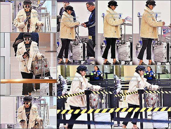 * 07/11/17 :    Vanessa Hudgens a été repérée alors qu'elle arrivait à l'aéroport s'appelant « LAX » - situé à Los Angeles. Vanessa était très jolie. J'aime bien la tenue qu'elle porte, surtout sa veste. La casquette et les lunettes lui vont bien également. Je lui mets donc un Top !  *