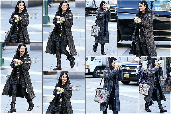 * 28/11/17 :    Vanessa H. a été vue arrivant puis quittant le tournage du film « Second Act » dans les rues de New York. Vanessa est belle et souriante sur les premières photos. J'aime bien la tenue qu'elle porte. Je préfère son manteau sur le premier candid - Top pour moi !  *