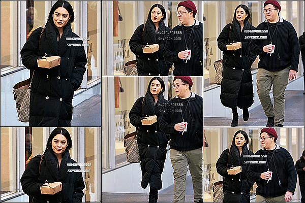 * 30/11/17 :    Vanessa a été vue quittant le tournage de « Second Act » pour prendre sa pause déjeuner dans New York. Vanessa est très belle et souriante. J'aime beaucoup la tenue qu'elle porte. Sa doudoune noire est jolie je trouve. Son sac est sympa aussi. Top pour moi.  *
