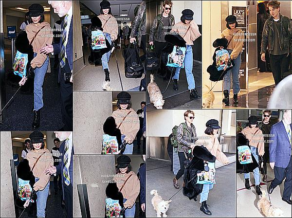 * 16/12/17 :    Vanessa a été repérée, alors qu'elle arrivait à l'aéroport « LAX » de Los Angeles - avec son copain Austin. Dommage que Vanessa cache un peu son visage avec sa casquette. Elle est quand même belle - J'aime trop la tenue qu'elle porte, ainsi que ses bottes.  *