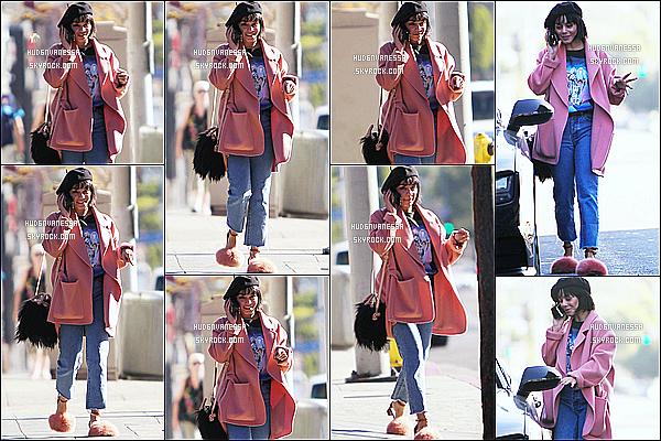 * 29/12/17 :    Vanessa a été aperçue seule, alors qu'elle quittait une réunion qui avait lieu dans les rues de Studio City. Vanessa était toute belle et souriante. J'aime bien la tenue qu'elle porte, elle lui va vraiment bien. Mais comme d'habitude je n'aime pas ses chaussures !  *