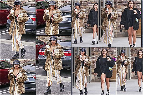 * 19/04/17 :    Vanessa a été repérée, quand elle quittait un « Starbucks » avec sa petite soeur Stella - dans Studio City. Vanessa était très belle. Mais je ne suis pas du tout fan de sa tenue, rien ne va ensemble je trouve. La casquette lui va bien par contre. Un Flop pour moi.  *
