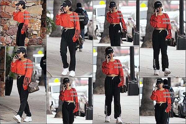 * 11/05/17 :    Nessa Hudgens a été aperçue, quand elle se promenait seule, dans les rues de Studio City, en Californie. Vanessa était toute belle et un peu souriante. J'aime beaucoup la tenue qu'elle porte même si c'est assez basique. La casquette lui va bien aussi. Un Top.  *