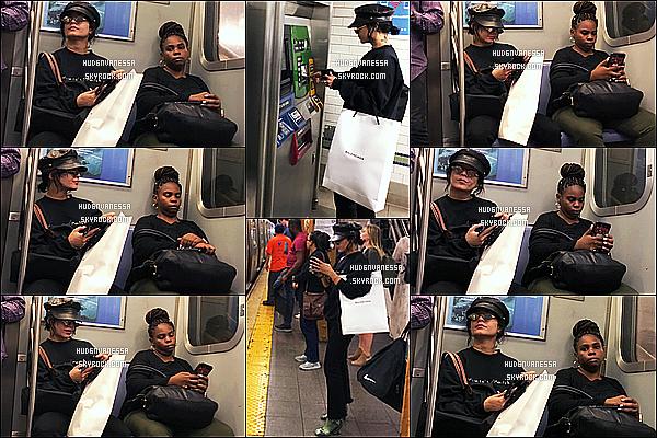 * 27/06/17 :    Vanessa Hudgens a été photographiée seule, alors qu'elle était dans le métro - qui se trouve à New York. Après plus d'un mois d'absence, on a enfin des nouvelles de Vanessa. Elle est superbe. La tenue qu'elle porte est sympa. Je lui donne donc un  petit Top.  *