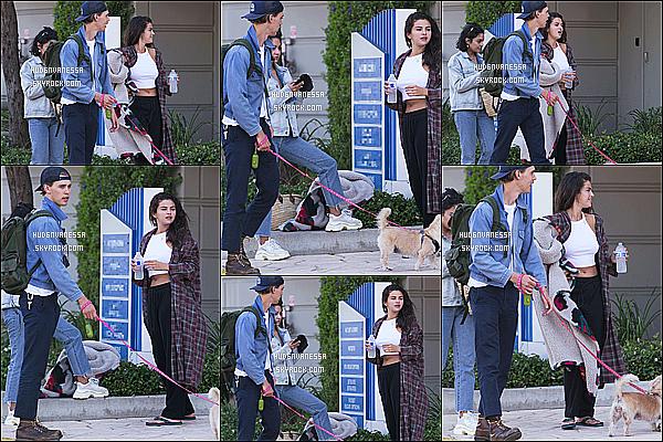 * 14/07/17 :    Vanessa a été repérée quand elle se promenait avec son copain Austin et Selena Gomez, à Los Angeles. C'est dommage qu'on ne voit pas trop Vanessa sur les photos. Elle est belle. Ca fait plaisir de la voir avec Selena.La tenue qu'elle porte à l'air sympa. Top  *