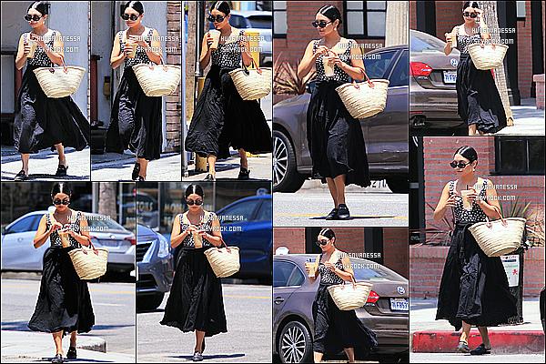 * 17/07/18 :    Vanessa a été aperçue lorsqu'elle quittait le «  Alfred Coffee & Kitchen » - qui se trouve dans Studio City. Vanessa Hudgens est toute belle - J'aime beaucoup la tenue qu'elle porte. Son sac et ses lunettes de soleil sont jolis - C'est donc un beau Top pour moi !  *