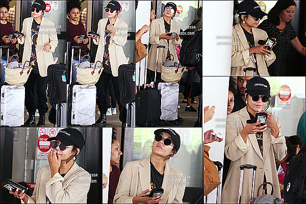 * 25/07/18 :    Vanessa Hudgens a été repérée alors qu'elle arrivait à l'aéroport « LAX » qui se trouve dans Los Angeles. Vanessa Hudgens est superbe. J'aime bien la tenue qu'elle porte. La casquette et les lunettes de soleil lui vont bien je trouve. Je lui donnne donc un Top !  *