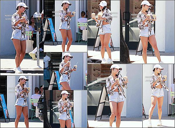 * 29/07/18 :    Vanessa H. a été repérée, quand elle quittait le « Bluestone Lane Coffee » - se trouvant dans Studio City. Vanessa est belle et souriante. Je suis totalement fan de la tenue qu'elle porte, tout s'assemble à merveille. La casquette lui va bien aussi - C'est un Top !  *