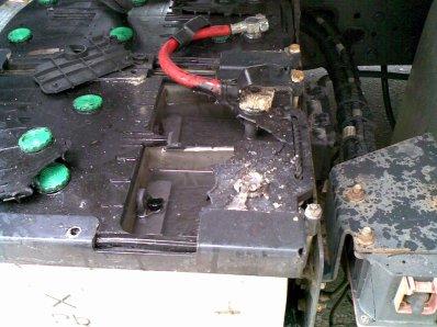 Una bateria rebentada al puntear mal con las pinzas