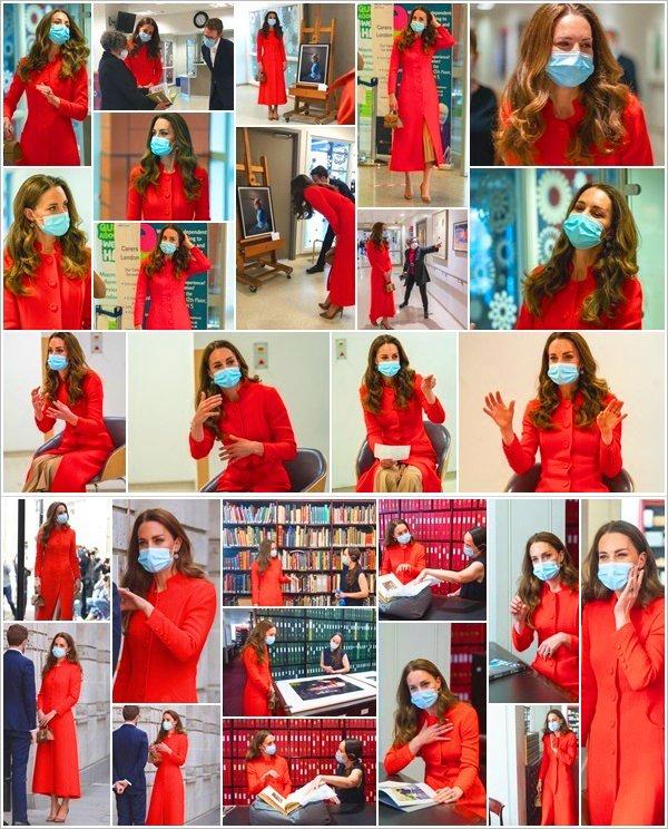 07.05.21 : Notre douce Duchesse de Cambridge a rendu une visite The Royal London Hospital  qui est situé au centre de  Londres ! Kate marque la publication «Hold Still» en visitant les archives de la National Portrait Gallery pour rencontré les photographes de ce projet