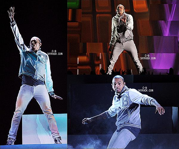 """.  11 Février Chris était présent hier à la soirée des """"Grammy Awards"""".   + La victoire de Breezy pour """"L'album R&B de l'année"""" ."""