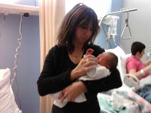 avec mon petit fils calvin le jour de sa naissance je suis tres fiere de lui !!!!