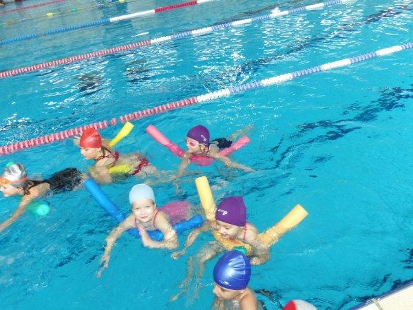 moi a la piscine bonnet rouge et en sport