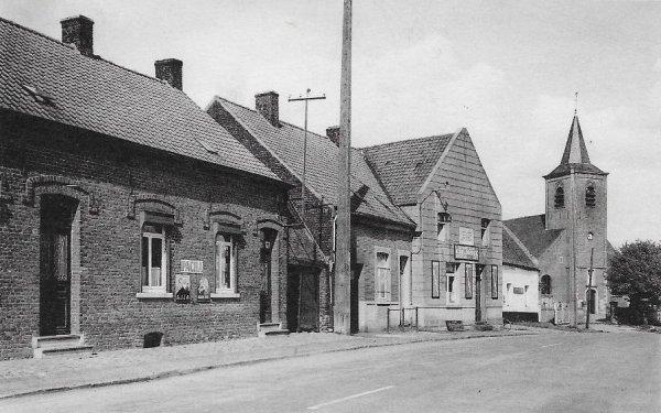 Lahamaide (Ellezelles) épicerie, café et église -  1952
