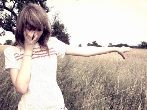 Sans toi je suis vraiment plus là même, perdu dans un monde de fou. Je me dis au fond que je devrais peut-être tourner la page, parce que tu n'es plus là, essayer d'aller mieux. Il faut que je vive ma vie telle qu'elle est, je dois faire avec. Parce qu'au fond c'est ce que tu souhaiterais le plus pour moi.. Je t'aime un point c'est tout. ♥  De Amélie.