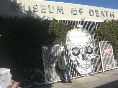 Hassan Moumene  pres de musee des morts a los angeles .....