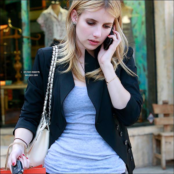 """17/05/11 : Emma a été vue au """"Coffee Bean & Tea Leaf """", puis le soir, à la boite de nuit de """"Trousdale """";  18/05/11 : Elle a été vue déjeunant avec des amis au """" Café Primo"""", et faisant du shopping chez """" H&M"""";     & 19/05/11 :  La belle tjrs au téléphone, a été repéré faisant des achats dans une biblio, à Los Angeles."""