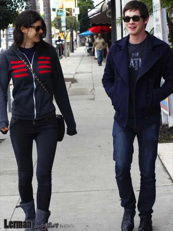 Candids de Logan et d'Alexandra Daddario du 16 février. Il s'est coupé les cheveux, vous aimez?