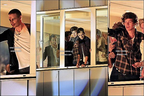 31/10/12 - One Direction était acceuille par des milliers de fans devant leurs immeubles à Madrid !