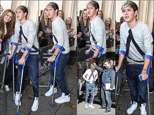 06/10/12 - Niall sortant de la BBC Radio One Studios  il y'a quelques semaine , en béquilles.