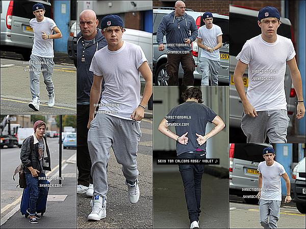 18/10/12 - Les garçons ont été vu, arrivant à un studio d'enregistrement dans le nord de Londres.