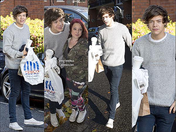 09/10/12 - Harry a décidé de faire un peu de shopping , alors il est allé à «Tesco» hier à Londres !