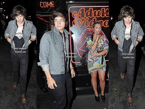 10/08/12 - Harry quittant la fête d'anniversaire du DJ/ami Nick Grimshaw à Soho au « Groucho Club »