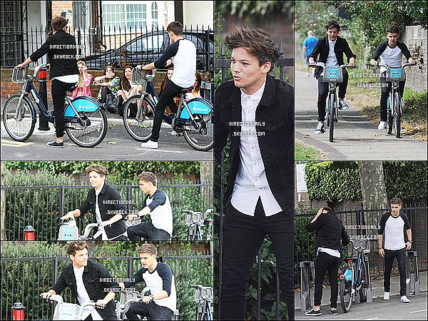 21/08/12 -Liam et Louis les enfantins ont fait un tour dans Londres à bord de deux bicyclettes loué !