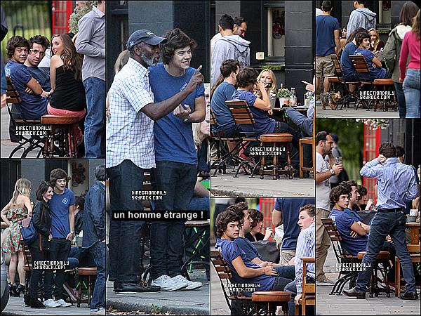 26/08/12 - Harry Styles a été vu à Londres avec Nick Grimshaw et d'autres amis.