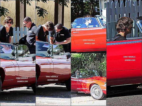 13/09/12 -  Harry a été vu quittant le « Spaniard Pub » au volant d'une Jaguar rouge à Londres !