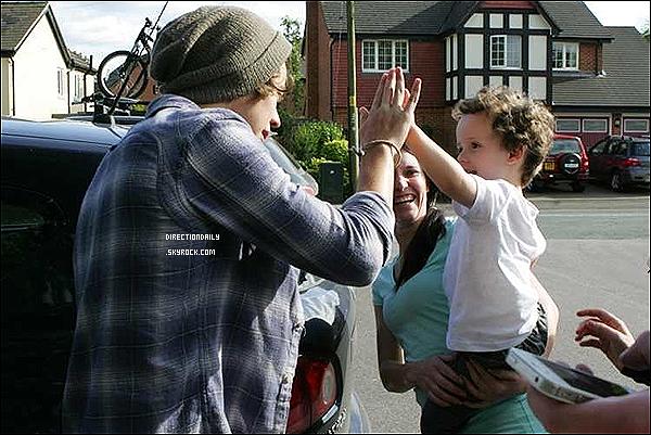 15/07/12 - Notre Harry était encore une fois en sortit avec quelques amis dans les rues de Londres !Désoler des photos de mauvaise qualité mais il n'y avait que cela à vous présentez ! sorry sorry ..