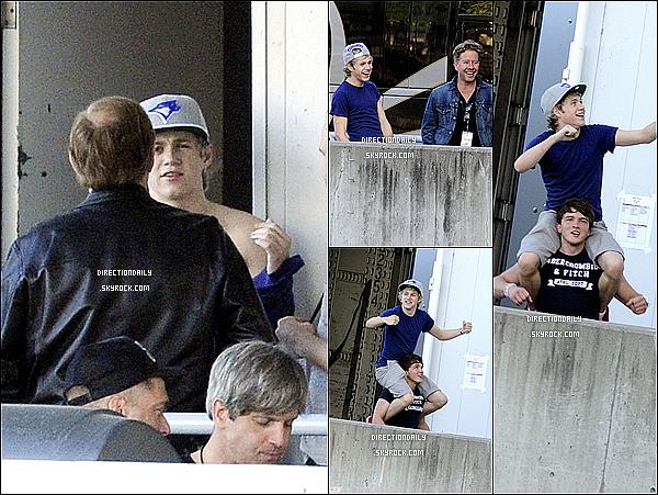 29/05/12 - Niall, Olly Murs et Josh, ont été vus dans les coulisses de l'amphithéâtre Molson !
