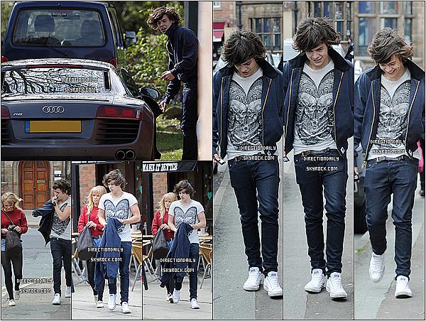 28/04/12 - Harry a de nouveau été vu quittant son domicile familial, puis plus tard il a été vu avec une jeune fille !